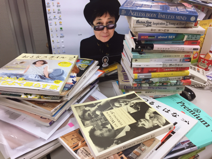 這是我們的工作桌!我們認真研究國內外的資訊,想傳遞給讀者。電腦桌面上的人物約翰藍儂的太太小野洋子(YOKO ONO),83歲了,一樣時尚、活躍,她80歲時還開了演唱會呢。